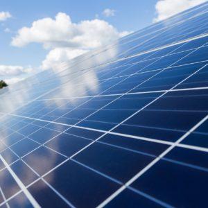 Aurinkosähköjärjestelmä ja aurinkopaneelit